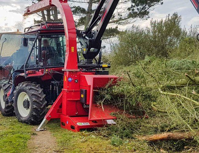 tracteur sur pente avec broyeur de branches jusqu à 30 cm et grue